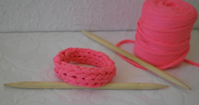 DIY - Armband aus T-Shirt-Garn stricken