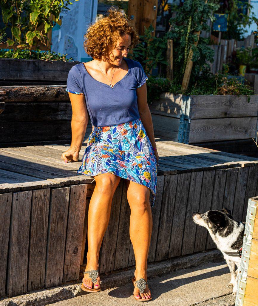 Mein selbstgenähtes Sommerkleid in Blau wird von meinem Hund Blume begutachtet